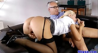Glamorous UK babe dickriding old man